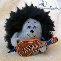 валяный ежик, гитара, музыкант